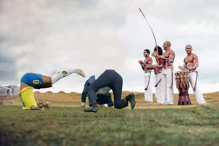 Neymar e Tite dançando ou lutando capoeira