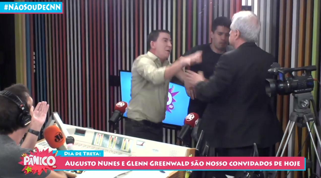 Glenn Greenwald e Augusto Nunes brigam ao vivo no Pânico na Rádio.